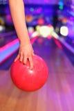 рука шарика женская держа красный бросать Стоковое Изображение RF