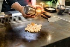 Рука шеф-повара варя жареные рисы чеснока на горячем лотке перед cu Стоковые Фотографии RF