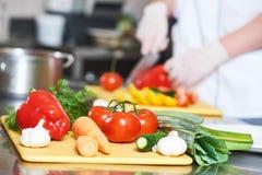Рука шеф-повара кашевара подготавливая еду салата Стоковое фото RF