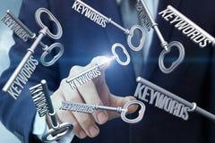 Рука щелкает дальше ключи стоковое изображение rf