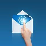 Рука щелкает дальше электронную почту стоковая фотография rf
