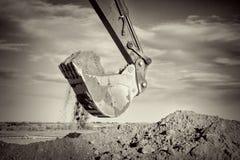 Рука экскаватора и грязь ветроуловителя выкапывая на строительной площадке Стоковые Фотографии RF