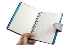 Рука людей держа изолят тетради на белой предпосылке с пустым экраном и может быть добавляет ваши тексты или другие на тетради n Стоковое Фото