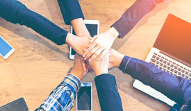 Рука людей делового партнера соединяя после законченной встречи, Стоковая Фотография RF