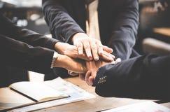 Рука людей делового партнера соединяя после контракта закончила встретить Стоковые Фотографии RF