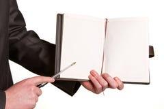 Рука Businessmans держа ручку спрашивая подпись на docu Стоковое Фото