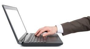 Рука Businessmans работая на компьтер-книжке Стоковое Изображение RF