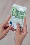 Рука Famale держа банкноты денег евро Стоковая Фотография