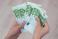 Рука Famale держа банкноты денег евро Стоковые Изображения