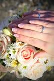 рука groom невесты Стоковое Изображение