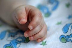Рука newborn младенца Стоковая Фотография
