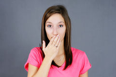Рука Oopsy над молодой женщиной рта Стоковое Изображение