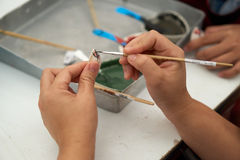 Рука paintbrush пользы женщины Стоковые Изображения RF