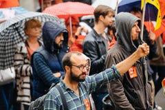 Рука Raisen мужским протестующим на протесте Анти--макроса Стоковые Фото