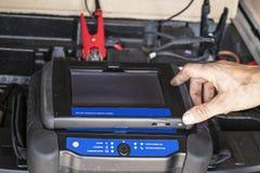 Рука Repairmans грязная получая готовый касаться экрану компьютера на пылевоздушной мобильной батарее загрузочной вагонетки диагн стоковое фото rf