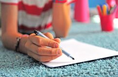 Рука ` s детей с ручкой войлока стоковые изображения