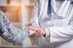 Рука ` s доктора Holding Пациента стоковое фото rf