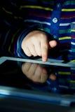 Рука ` s детей водит на таблетке Игра, уча новую, наркомания компьютера, защита детей от интернета Стоковая Фотография RF
