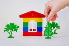Рука ` s детей в строить мечт дом покрашенных кирпичей Стоковая Фотография RF