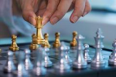 Рука ` s женщины - выберите вверх шахматные фигуры стоковая фотография rf