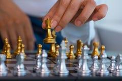 Рука ` s женщины - выберите вверх шахматные фигуры стоковые фотографии rf