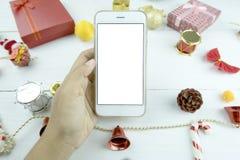 Рука ` s женщины держа телефон пустого экрана умный Стоковая Фотография