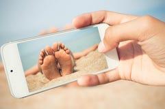 Рука ` s женщины держит smartphone стоковые изображения rf