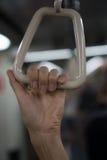 Рука ` s женщины крупного плана держа держатель руки в метро Стоковые Изображения