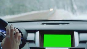 Рука ` s женщины на streering колесе, она слабонервно выстукивает пальцы сток-видео