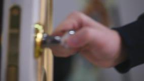 Рука ` s людей закрывает дверь видеоматериал