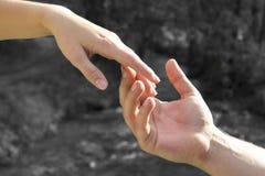 Рука ` s людей нежно принимает руку ` s женщины, концепцию влюбленности, r Стоковая Фотография