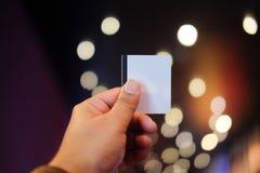 Рука ` s молодого человека держа бумажный билет стоковые изображения rf