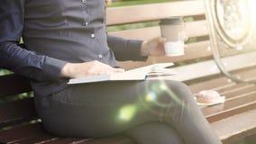 Рука ` s молодой женщины поворачивает страницу книги акции видеоматериалы