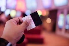 Рука ` s молодого человека держа бумажный билет стоковая фотография rf