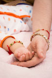 Рука ` s младенца и матери на покрывале Стоковое Изображение RF