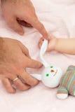 Рука ` s младенца и папы Стоковое Изображение