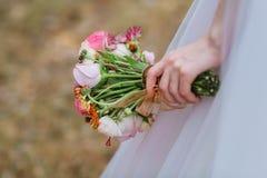 Рука ` s невесты держит bridal букет стоковое фото