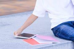 Рука ` s ребенка с планшетом и книгами конец вверх Стоковые Фотографии RF