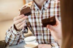 Рука ` s человека держа торт пирожного Стоковая Фотография RF