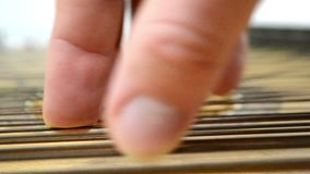 Рука ` s человека играя строки акции видеоматериалы