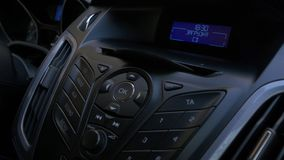 Рука ` s человека кладет диск в игрока автомобиля Застегните управление для игрока компактного диска в автомобиле Рука кладет дис Стоковое Фото