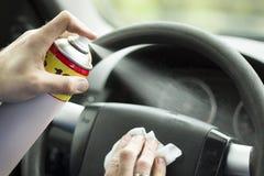 Рука ` s человека прикладывает брызг rinse на арене автомобиля стоковое фото rf