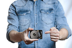 Рука ` s человека держит 2 жесткий диск 5 дюймов белизна изолированная предпосылкой Стоковые Изображения
