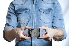 Рука ` s человека держит 2 жесткий диск 5 дюймов белизна изолированная предпосылкой Стоковые Фото