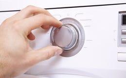 Рука ` s человека устанавливает параметры кнопки управления 1 стоковое изображение rf