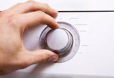 Рука ` s человека устанавливает параметры кнопки управления 4 Стоковая Фотография