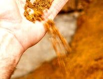 Рука ` s людей показывая песок Стоковые Изображения