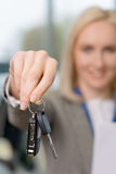 Рука Saleswomans схватывая ключи автомобиля Стоковое Фото