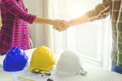 Руки азиатского инженера по строительству и монтажу соединяя с архитектором после f Стоковые Изображения