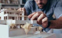 Руки архитектора делая модельный дом стоковая фотография